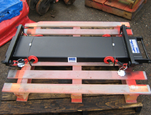 Forklift truck mounted battery lifting beam