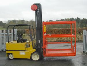 Simple whisky cask handling platform mounted on forklift truck