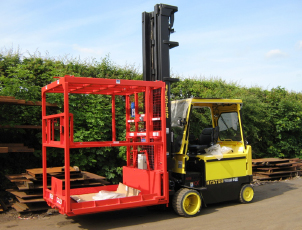 Whisky cask handling platform mounted on forklift truck